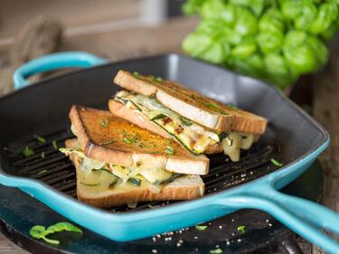 Zucchini-Sandwich mit Gruyere in Grillpfanne braten