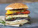 Halloumi-Burger mit Grillgemüse