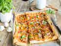 Der Renner auf deiner Party: Buntbelegtes Pizzablech mit Käserand