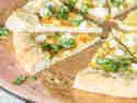 Vierkäsehoch! Käsepizza mit cremigem Ziegenkäserand
