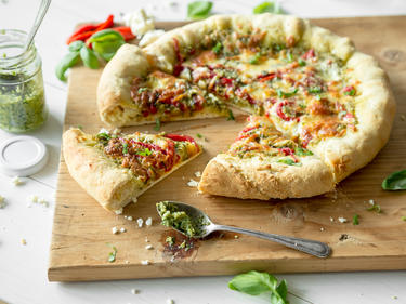 pizza mit olivenpesto gegrillter paprika und feta k serand. Black Bedroom Furniture Sets. Home Design Ideas