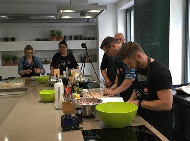 Die Bloggerteilnehmer beim Zwilling Kochschulevent © Kochschule im Medienhafen