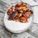 Bourbon BBQ Chicken Wings mit Blauschimmelkäse-Dip