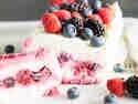Eisige Frische: Joghurt-Semifreddo mit Waldbeeren