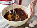 Eier unter die Schokoladenmasse rühren