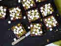 Brownies mit Marshmallows und Pistazien