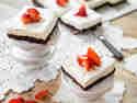 Cheesekacke-Brownies mit Erdbeeren