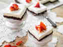 Cheesecake-Brownie mit Erdbeeren
