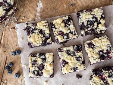 Streusel-Brownies mit Blaubeeren