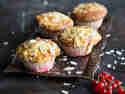 Spritzige Johannisbeer-Muffins mit Mandeln