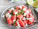 Sommerlicher Melonensalat mit Feta und Oliven