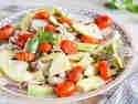 15-Minuten-Salat mit karamellisierten Tomaten und Avocado