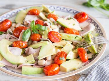 15 minuten salat mit karamellisierten tomaten und avocado. Black Bedroom Furniture Sets. Home Design Ideas