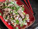 Nahm Thok: Thai-Rindfleischsalat mit Minze und Koriander