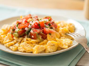 Rührei mit Tomaten-Salsa