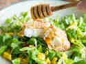 Gebackener Feta in Honig-Sesamkruste auf Feldsalat
