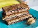 Süßes Sandwich mit Nutella, Erdnussbutter und Banane