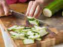 Zucchini in Stifte schneiden.