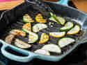 Zucchini in der Pfanne braten.
