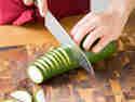 Zucchini gleichmäßig einschneiden.