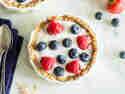 Granola-Breakfast-Tartes mit Joghurt und Beeren