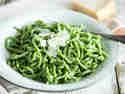 Grüne Bärlauchspätzle mit Butter und Parmesan