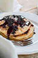 Roggen-Pancakes mit Holunderbeeren-Sirup © Foodistas
