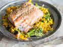 Kürbisnudeln mit Lachs, Brokkoli und Sesam