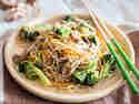 Vegetarische Ramen-Nudeln aus dem Wok