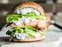 Lachs-Burger vom Grill mit Chili-Dill-Mayonnaise und Gurken