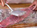 Mit Hilfe eines Plattierers lässt sich das Fleisch gleichmäßig flach klopfen.