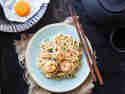 Gebratene Nudeln Mie Goreng mit Shrimps