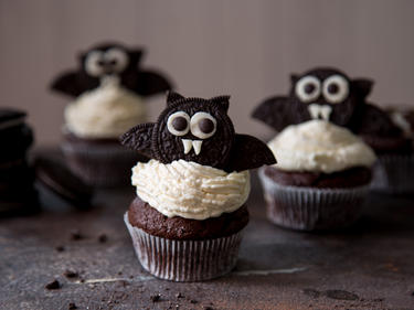 halloween fledermaus cupcakes mit cheesecake schock. Black Bedroom Furniture Sets. Home Design Ideas