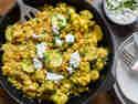 Linsen-Zucchini-Pfanne mit Petersilien-Joghurt in Pfanne serviert