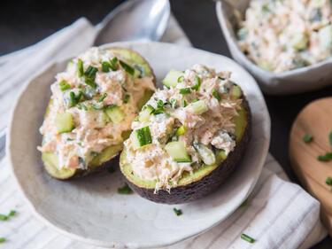 Schnell Ausgelöffelt Gefüllte Avocado Mit Lachs Gurken Creme