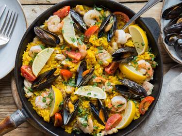 Spanische Paella mit zartem Hähnchenfleisch und Muscheln