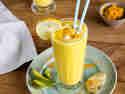 Fruchtiger Mango Lassi mit Kurkuma