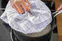 Reis kochen nach der Quellmethode mit Deckel.