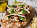 Pita mit Olivenpesto und frittierter Zucchini