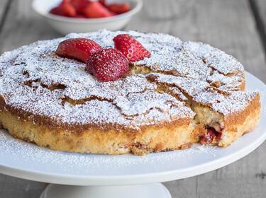 Erdbeer-Buttermilch-Kuchen mit Puderzucker bestäubt