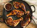 Knusprige BBQ-Hähnchenschenkel vom Grill