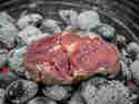 Steak direkt auf der Glut gegart