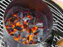 Raeuchern-mit-dem-Kugelgrill-Kohle-gluehend