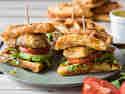 Waffel-Sandwiches mit Hähnchen und Avocado
