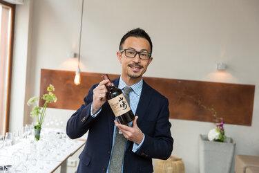 Tatsuya mit dem Sherry Cask in der Hand