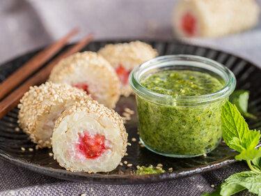 Süßes Sushi mit Milchreis, Erdbeeren und Pistazien-Pesto