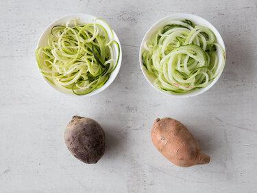 Nur längliche Gemüsesorten lassen sich einwandfrei und ganz einfach in lange Fäden schneiden.
