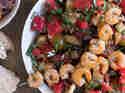 Wassermelonensalat mit Garnelenspießen