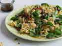 Mediterraner Nudelsalat mit Haehnchen und Avocado