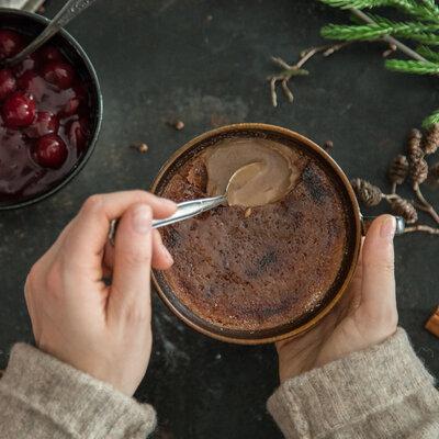 Schokoladige Lebkuchen-Crème brûlée mit Glühweinkirschen_featured